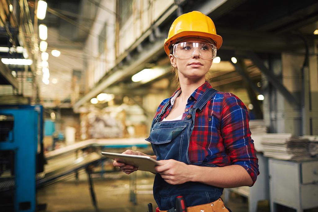Junge Bauarbeiterin schaut selbsbewusst nach vorne